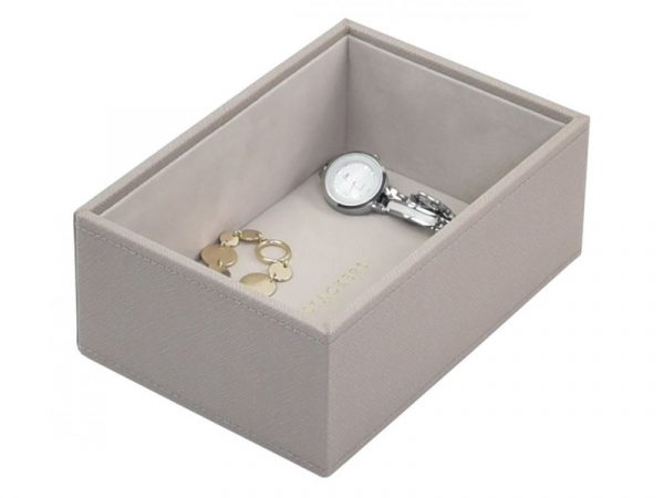 This beautifully made Stackers Taupe Mini Watch / Accessories Layer is made from vegan leather and cotton, a stylish and elegant way to customise your jewellery box. Size: 12.5cm x 18cm x 7.2cm By Stackers Product Code: 73757